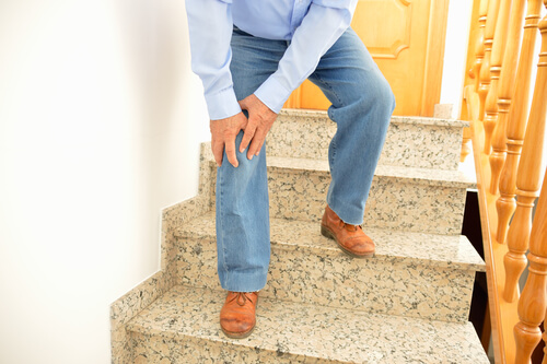 knee pain when walking down hills